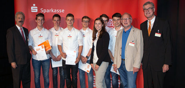 """Auf Platz 9 """"Team Cook@Home"""" mit den erfolgreichen BKB-Unternehmern (von links) Max Kuehn, David Kemper, Peter Meyering, Tim Feldhaus, Hendrik Droste und Leon Hellenkamp."""